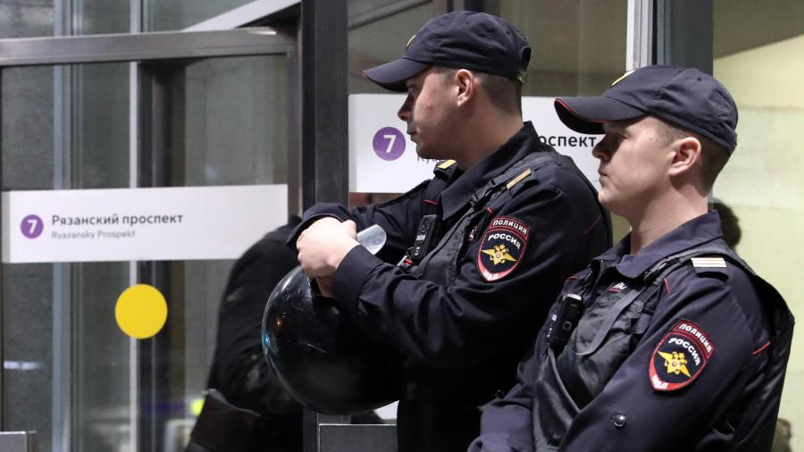 СотрудникиМВД около метро «Рязанский проспект» во время операции по его задержанию