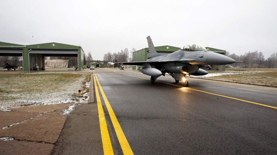 Бельгийский истребитель F 16 на учениях на аэродроме Зокняй