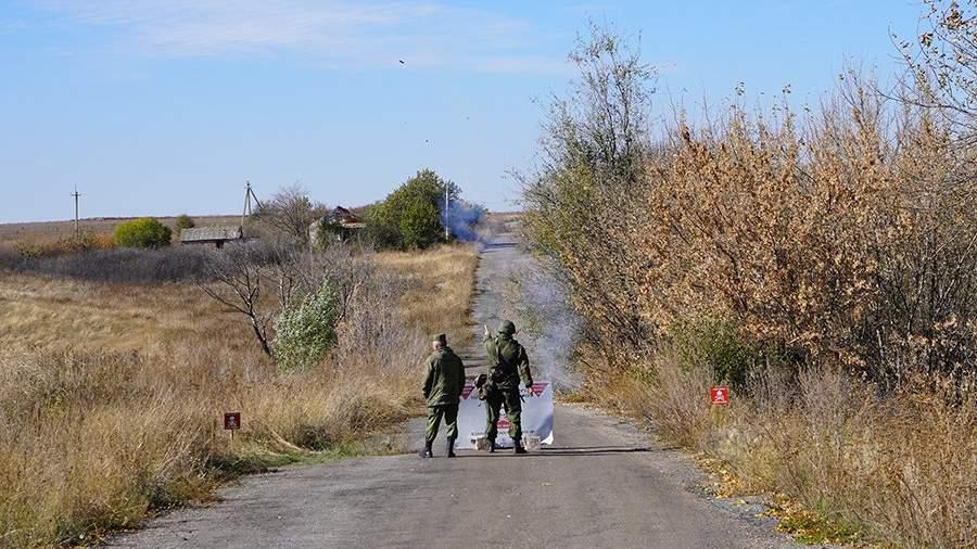 Солдат и офицер армии ДНР запускают ракету