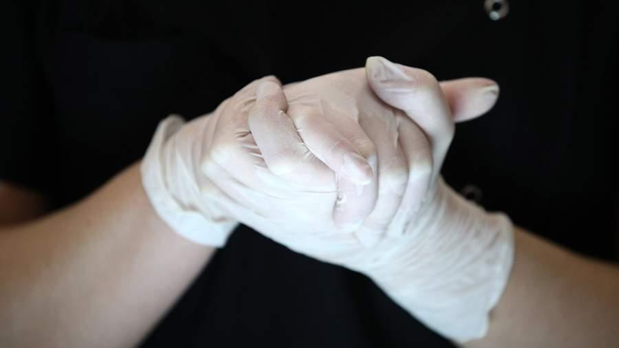 руки врача в перчатках