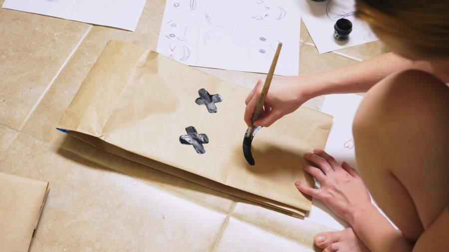 девушка рисует грустный смайлик