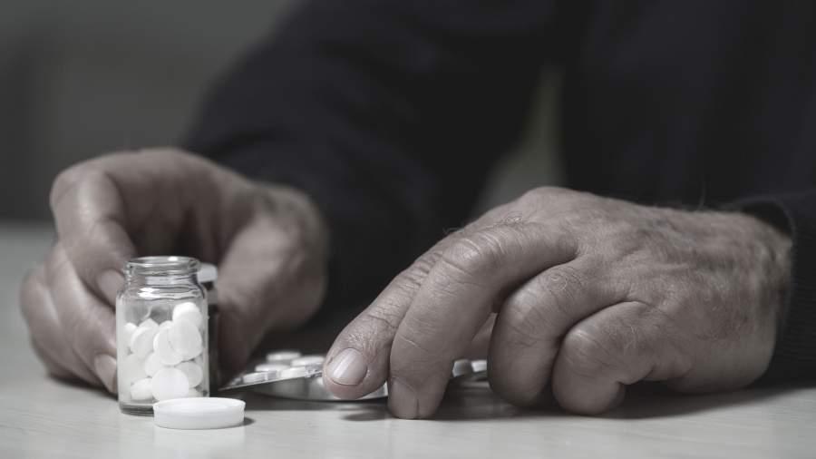 мужчина собирается принять таблетки