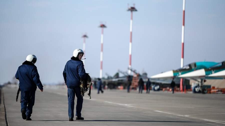 летчики на военной авиабазе