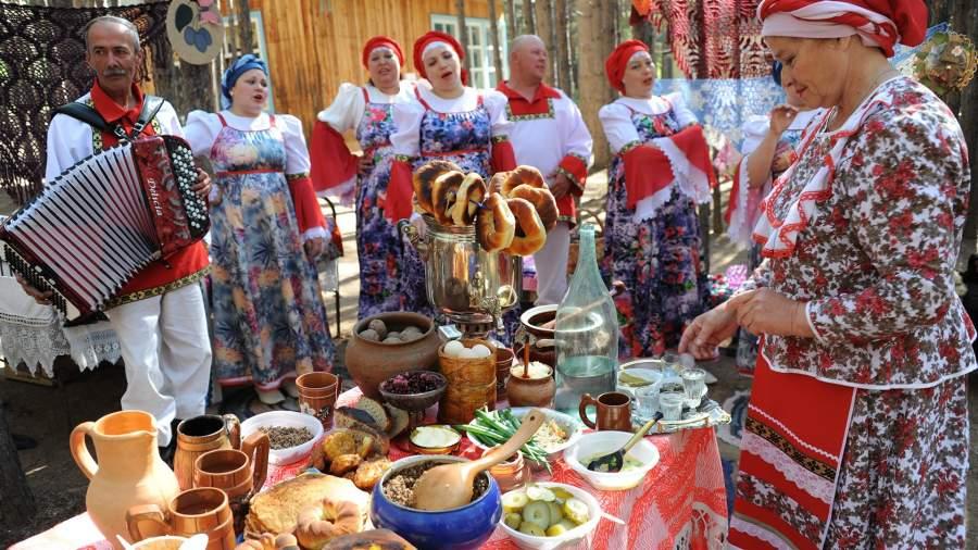 Участники фестиваля культуры семейских старообрядцев «Семейская круговая»в селе Красный Чикой Забайкальского края