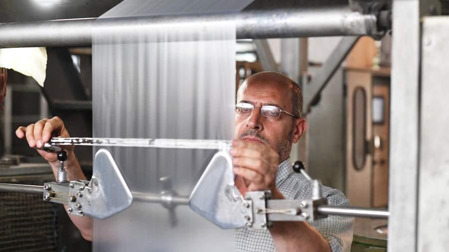 Рабочий заводапо производству изделий из полимеров
