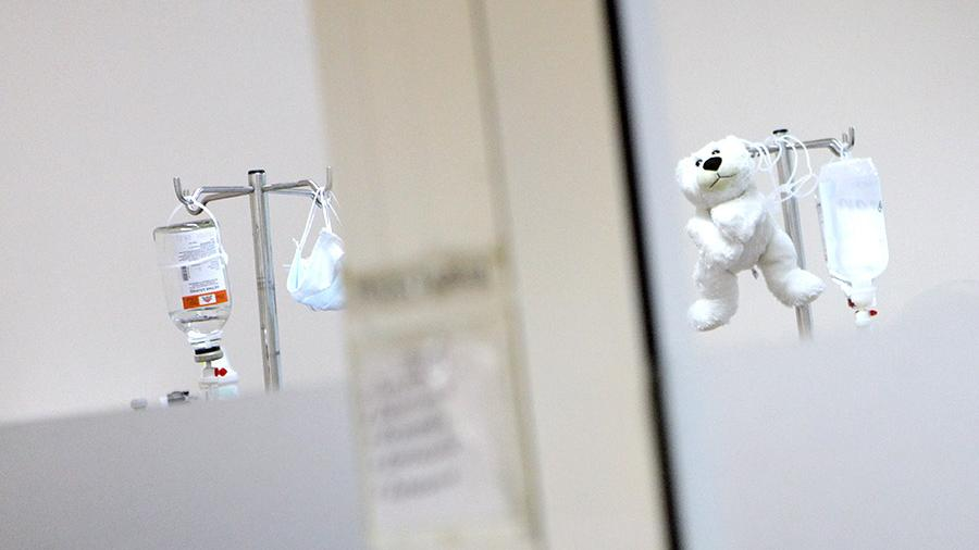 капельница и игрушка больница