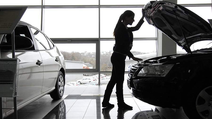 Посетительница осматривает автомобиль