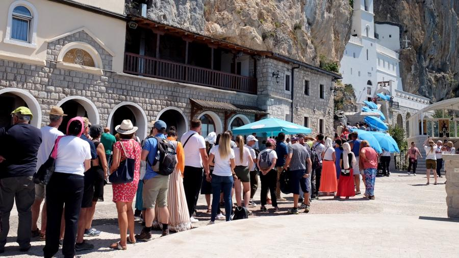 Очередь паломников в сербский православный мужской монастырь Острог в Черногории