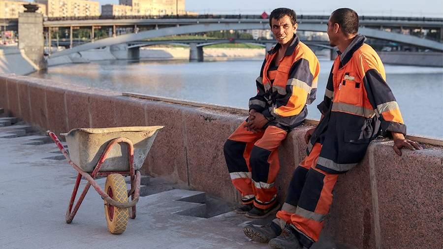 Рабочие во время работ по реконструкции набережной