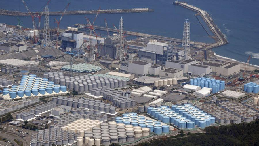 Резервуары для хранения радиоактивно загрязненной водына территории атомной электростанции Фукусима-дайити в Окуме