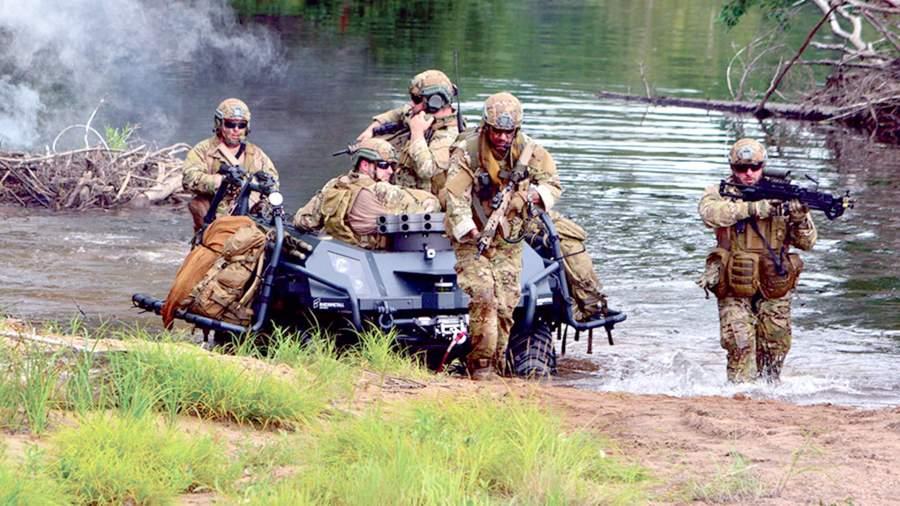 Mission Master UGV на испытаниях. Машина может двигаться рядом с солдатами, используя режим «следуй за мной»