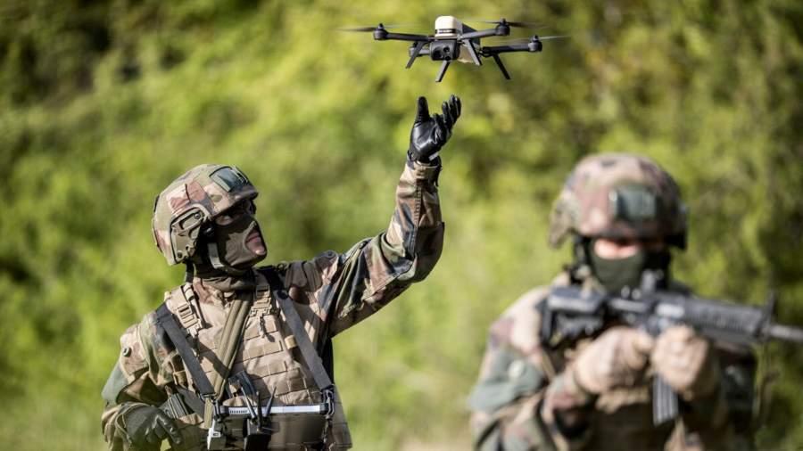 Французские солдаты запускают микродрон NX70