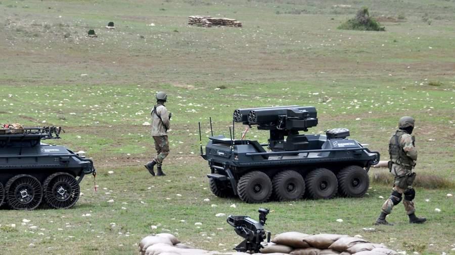 Автоматизированный конвой — вооруженный Mission Master UGV сопровождает транспорт с ранеными, рядом двигаются солдаты