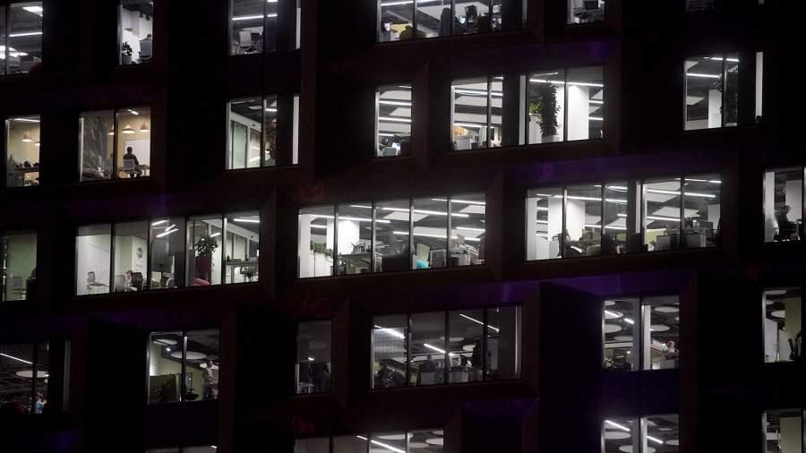 офисное здание ночью
