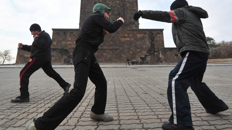 Мальчики практикуют удары