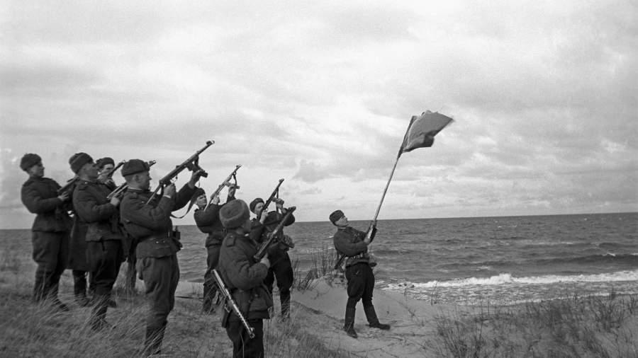 Салют в честь выхода советских войск на Балтику. Октябрь 1944 года