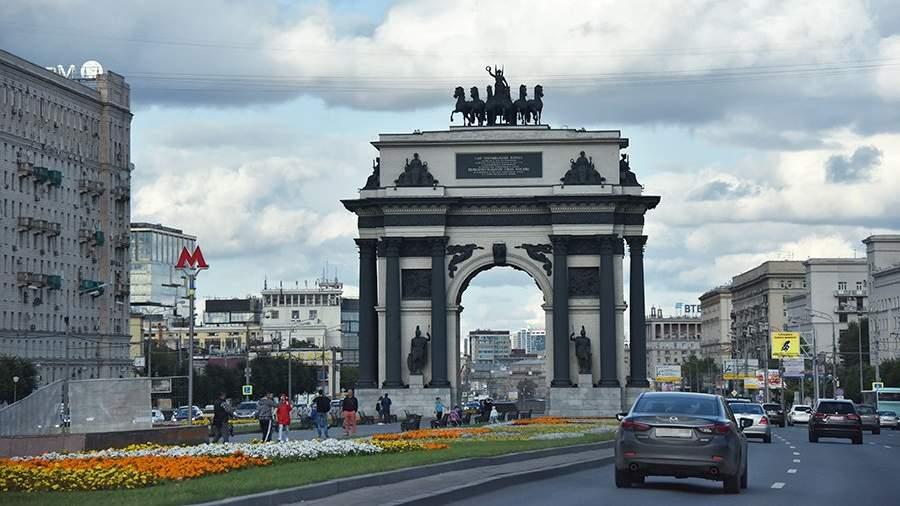 Триумфальная арка на площади Победы