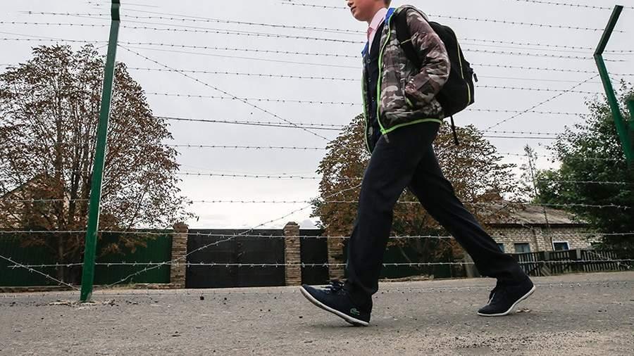 Мальчик идет в школу