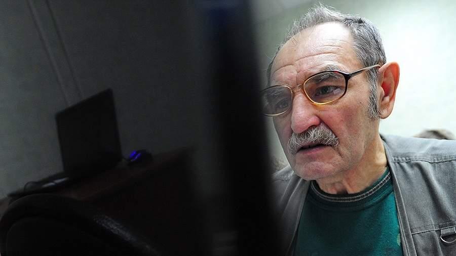 Пожилой мужчина за компьютером