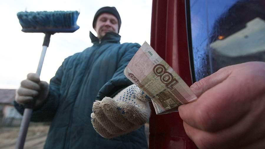 Рабочий получает деньги