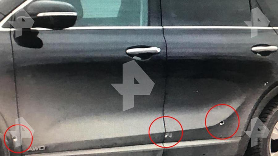 Следы от осколков взрывного устройства на кузове машины главы Рамонского районаВоронежской области Николая Фролова