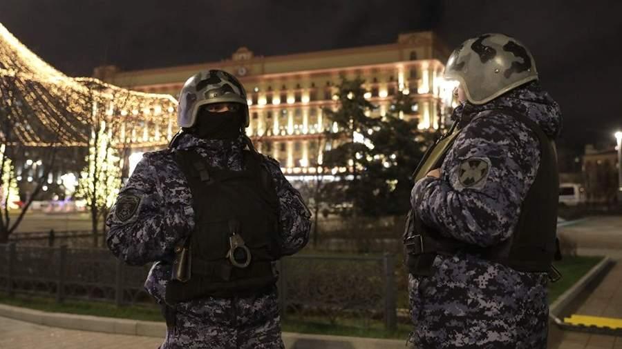 У здания ФСБ на Лубянской площади в Москве