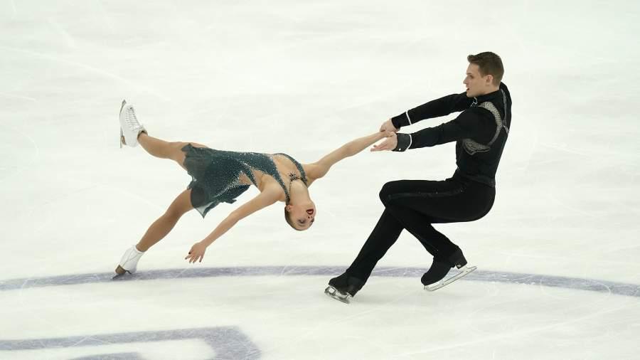 Александра Бойкова и Дмитрий Козловский выступают с произвольной программой в соревнованиях среди пар на V этапе Гран-при по фигурному катанию в Москве