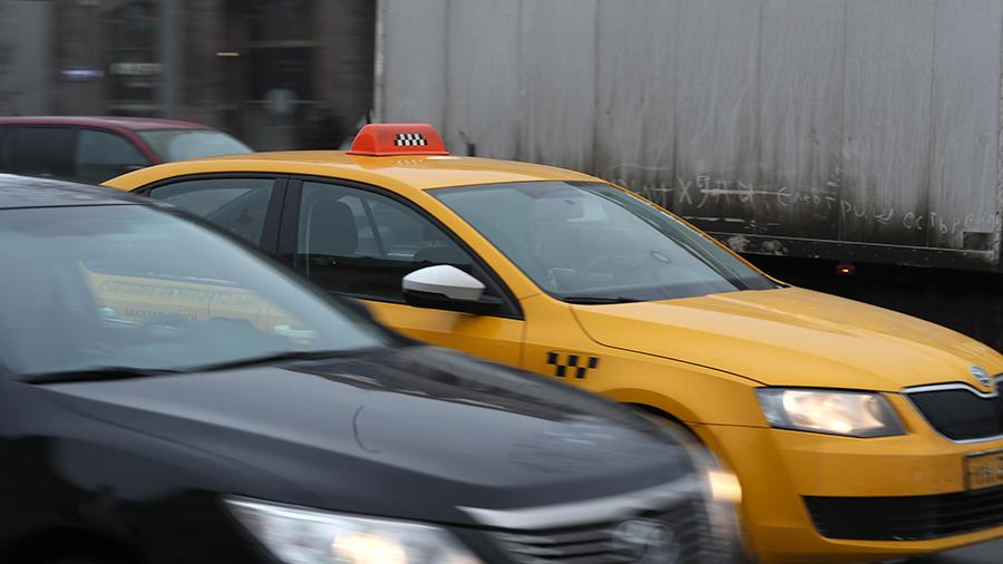 Автомобиль такси на дороге