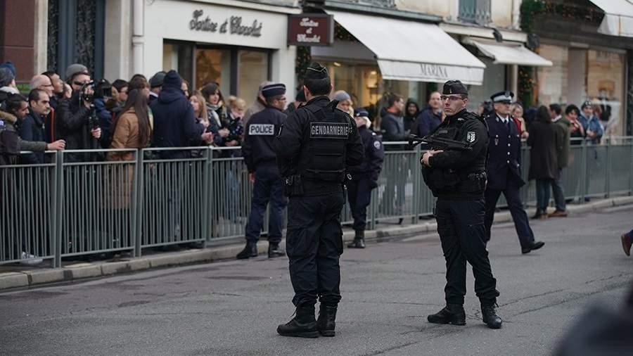 Сотрудники французской полиции у Елисейского дворца