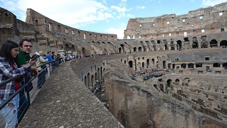 Туристы в Колизее в Риме