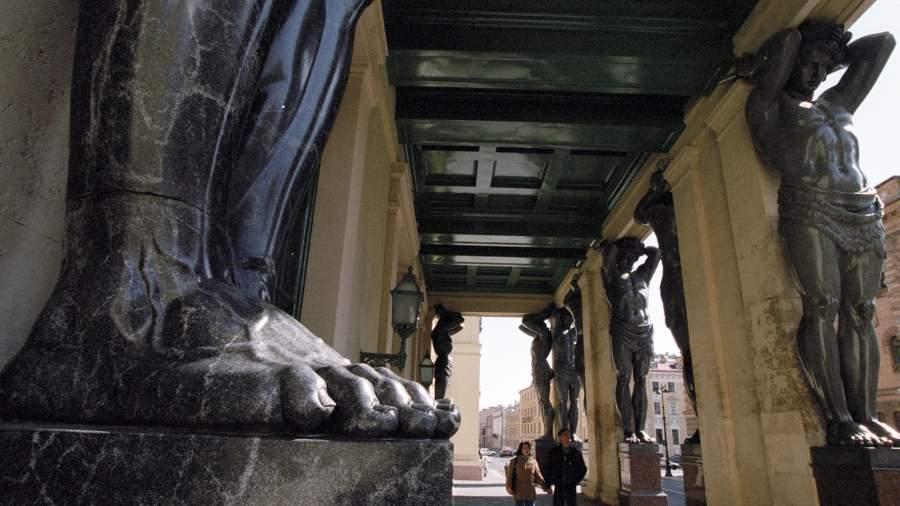 Скульптуры атлантов, украшающие вход Нового Эрмитажа