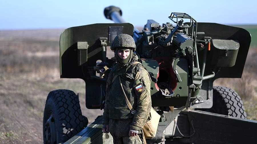 Военнослужащий 150-й мотострелковой дивизии подготавливает гаубицу 2А65 к боевым стрельбам на полигоне
