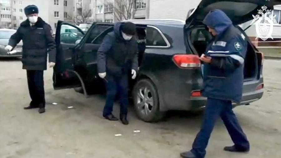 Сотрудники полиции и следственного комитета осматривают поврежденный взрывом автомобиль главы администрации Рамонского района Воронежской области Николая Фролова