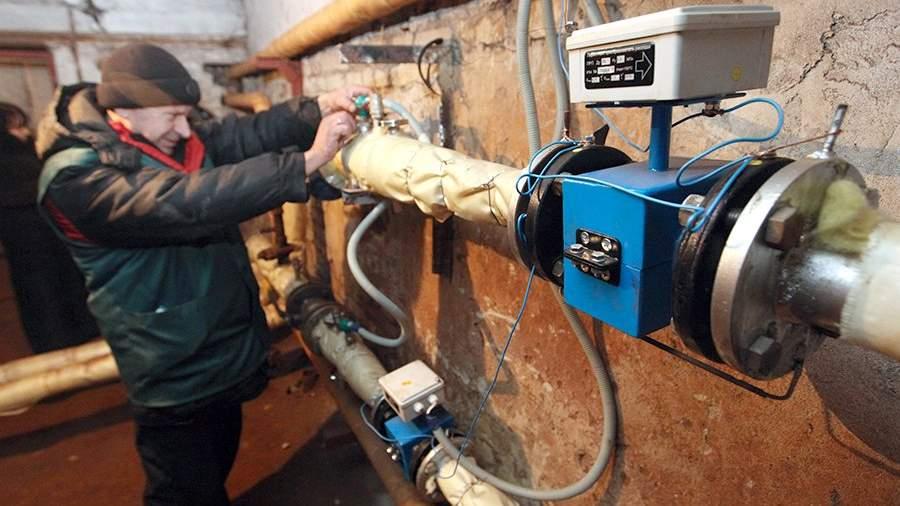Сотрудник коммунальных служб проверяет систему отопления и горячего водоснабжения в подвале одного из жилых домов