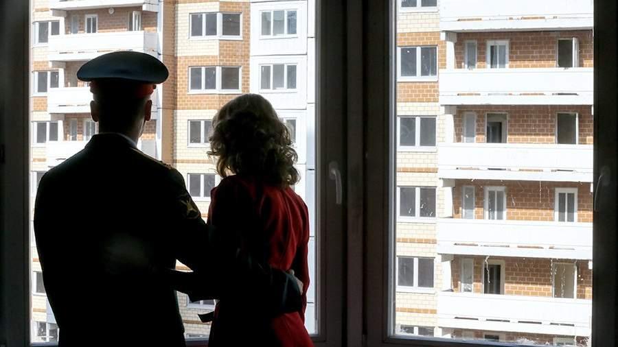 Военнослужащий с супругой во время заселения в свою новую квартиру