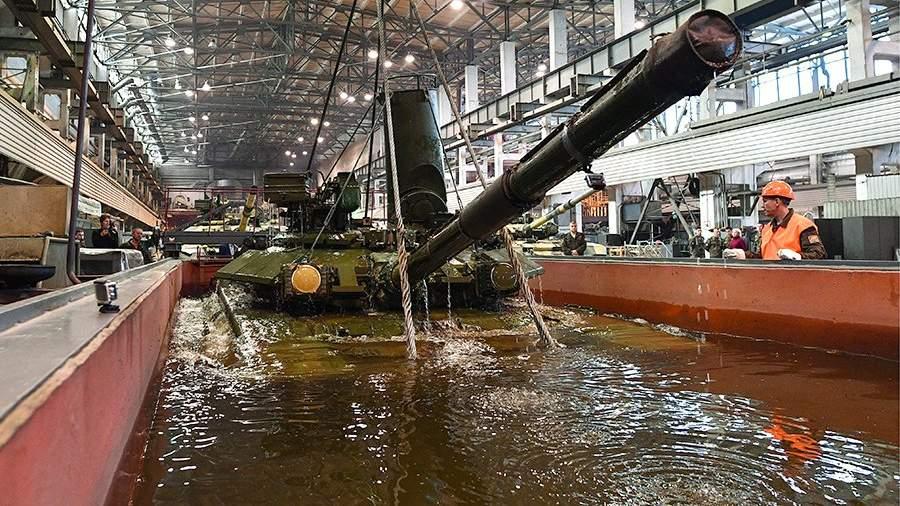 Танк Т-90 на участке гидроиспытания бронетехники в механосборочном цехе №130 «Уралвагонзавода»