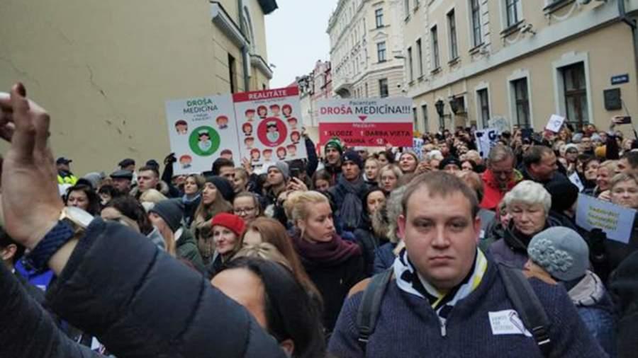 Латвийские медики на митинге протеста у Сейма