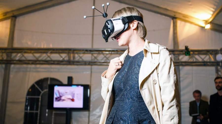 Девушка рассматривает планировку квартиры в VR-очках