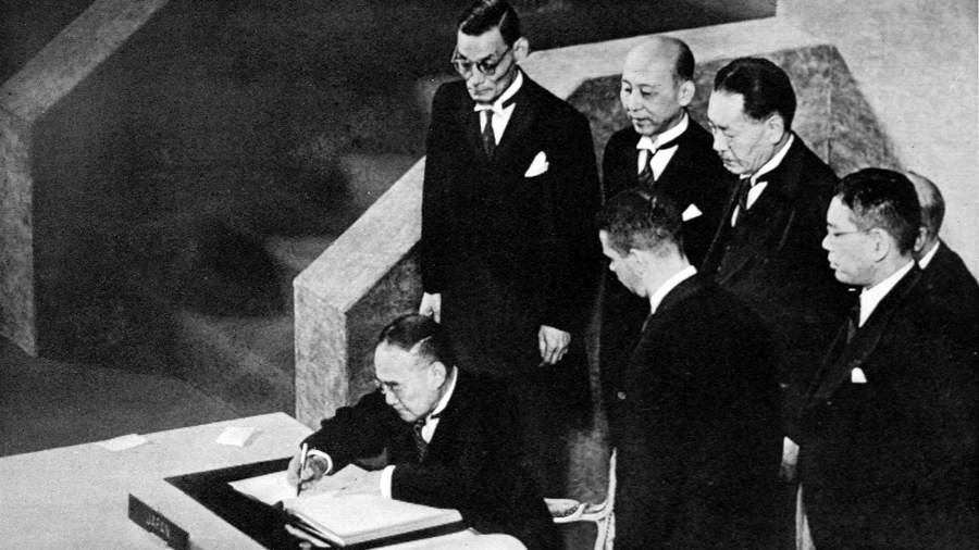 Премьер-министр Японии Сигэру Ёсида подписывает Сан-Францисский мирный договор