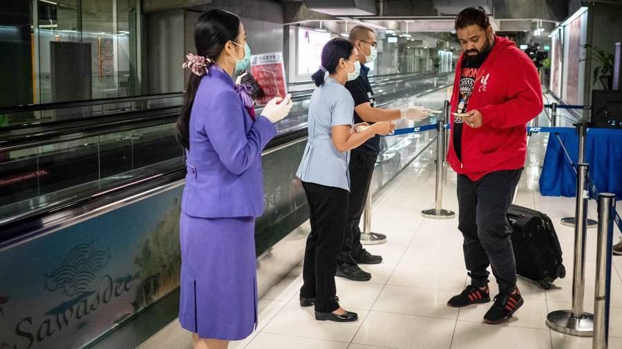 Медицинские работники раздают листовки с информацией