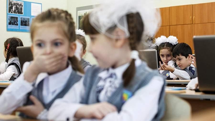 Дети на уроке математики в одном из начальных классов средней школы