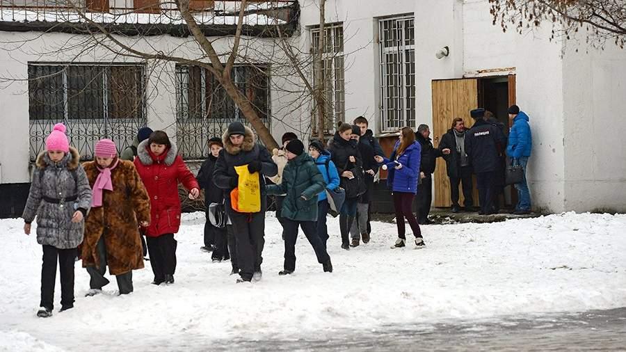 Эвакуация учащихся московской школы № 263, куда проник вооруженный старшеклассник Сергей Г. – учащийся школы. 3 февраля 2014 года
