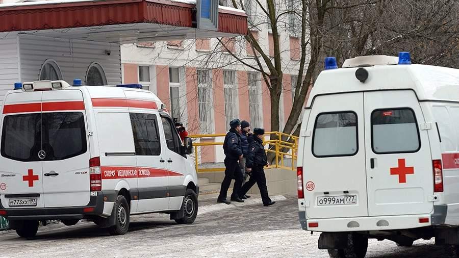Машины скорой помощи возле московской школы № 263, куда проник вооруженный старшеклассник Сергей Г. – учащийся школы. 3 февраля 2014 года