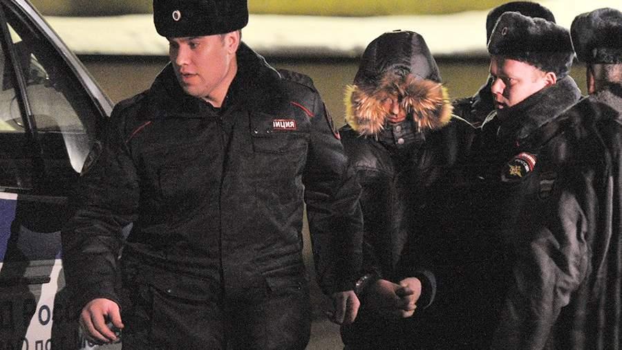 Арестованный Сергей Г. (в центре) у здания Басманного районного суда Москвы. 4 февраля 2014 года