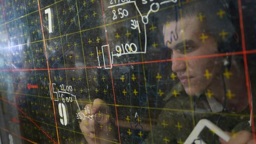 Военнослужащий в командном пункте центра боевого применения во время учений ПВО и ВВС на полигоне Ашулук