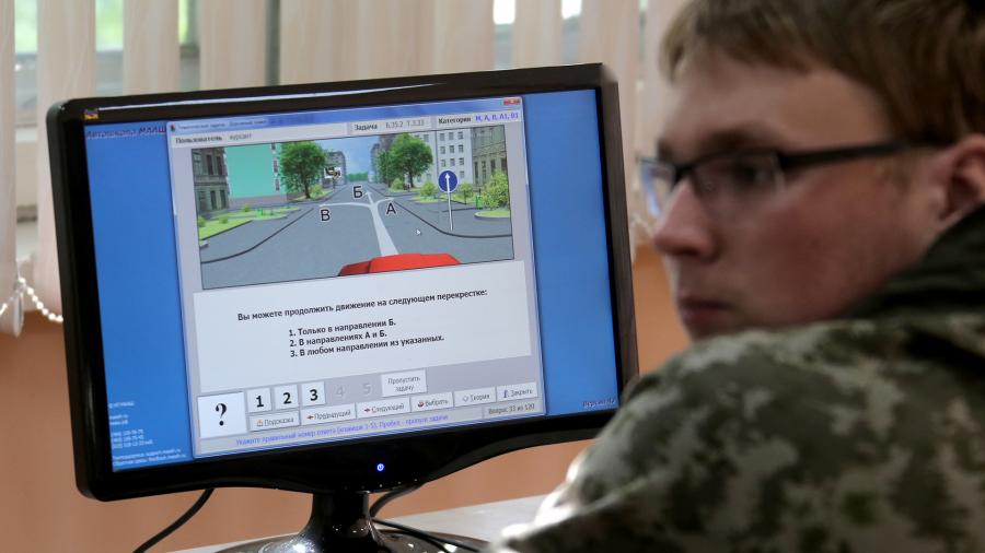 Мужчина во время теоретических занятий в автошколе