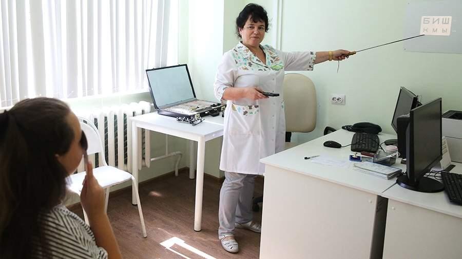 Офтальмолог проводит проверку зрения ребенка в рамках детской диспансеризации