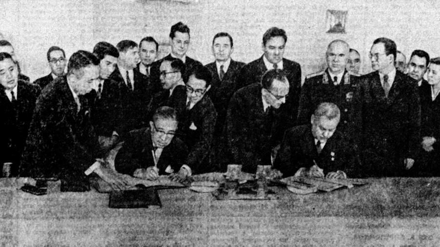 Председатель Совета Министров СССР Николай Александрович Булганин и премьер-министр Японии Итиро Хатояма во время подписания совместной Декларации СССР и Японии. Кремль1956 год