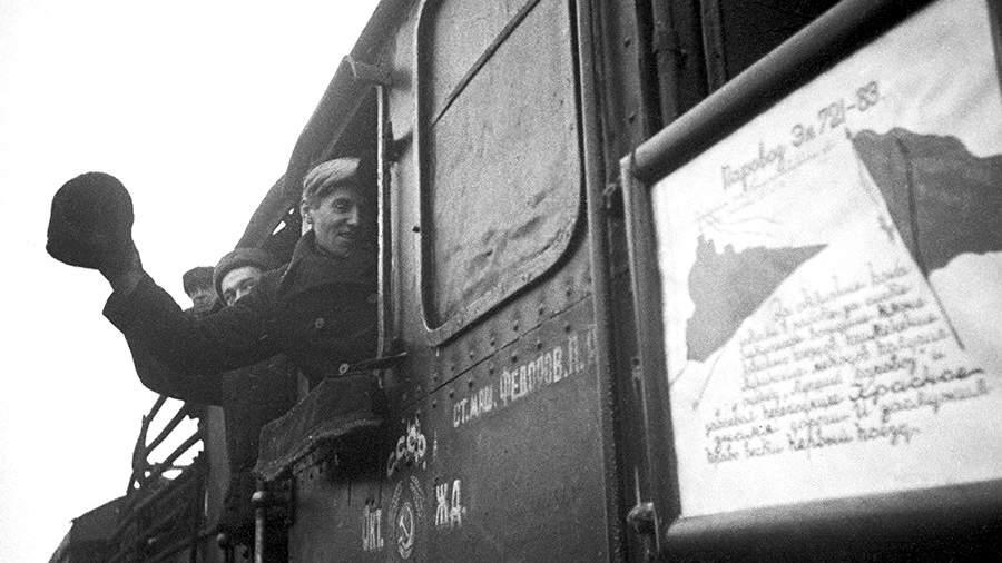 Поезд направляется в освобожденный город Шлиссельбург, 1944 год