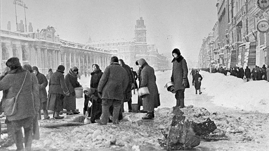 Жители блокадного Ленинграда набирают воду, появившуюся после артобстрела в пробоинах в асфальт